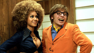 Mike Myers junto a Beyonce en una escena de Austin Powers