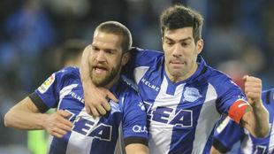 Laguardia y Manu García celebran un gol.