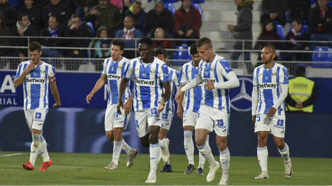 Los jugadores del Leganés, durante el partido ante el Huesca.