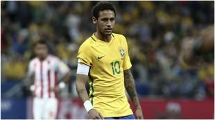 Neymar, con el brazalete, en un partido clasificatorio contra...