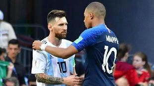 Messi y Mbappé se saludan en un encuentro de selecciones
