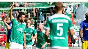 Claudio Pizarro celebra su gol contra el RB Leipzig.