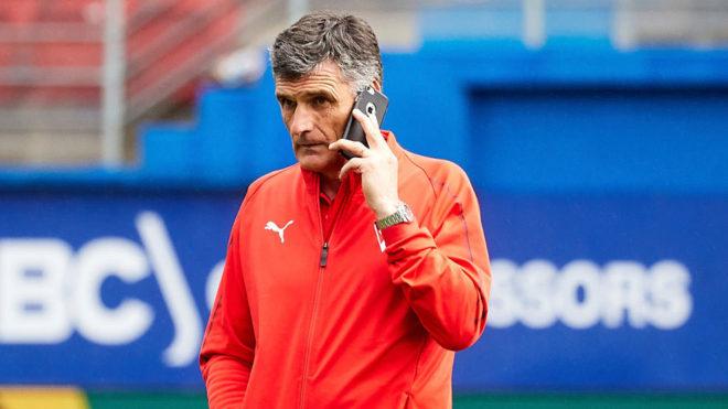 Mendilibar habla por teléfono tras el partido del domingo contra el...