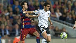 Parejo y Busquets durante un choque entre Barcelona y Valencia