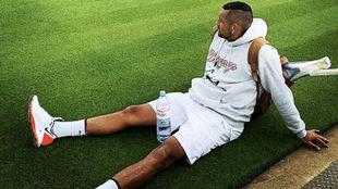 Kyrgios, tumbado en una de las pistas de Wimbledon