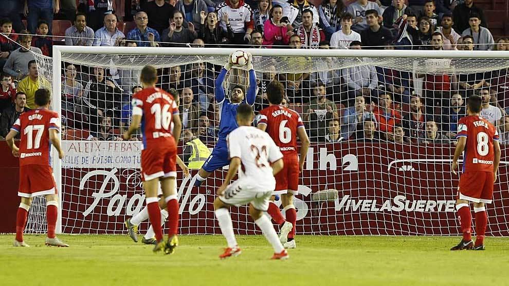 El meta rojiblanco Rui Silva, muy seguro toda la noche, ataja un...
