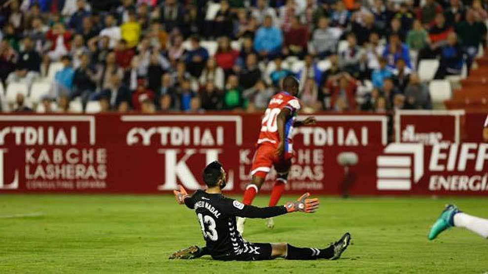Adrián Ramos celebra el gol del triunfo ante la desesperación de...