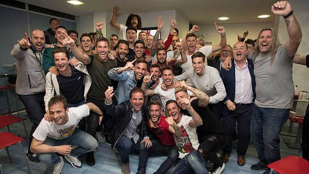 Jugadores y técnicos celebraron el ascenso en El Sadar tras ver el...