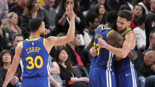 Curry celebra con Green y Klay.