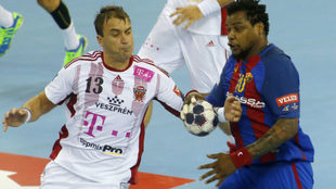 Momic Ilic, a la izquierda, en un partido Barcelona-Veszprem en...
