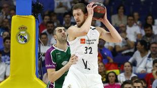 Ognjen Kuzmic defendido por Giorgi Shermadini en un partido de esta...