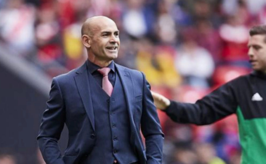 Paco Jemez on the touchline.