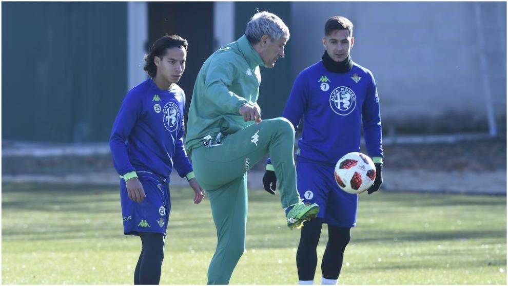 Diego Lainez, junto a Quique Setién en un entrenamiento del Betis.