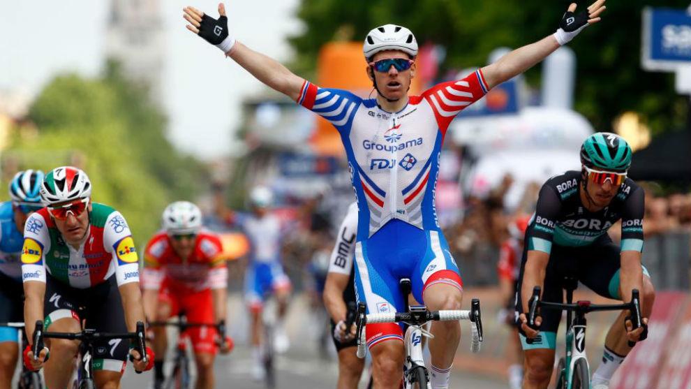 Arnaud Demare celebrando su triunfo de etapa.