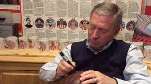 Clemente firma un balón antiguo en una tertulia de Radio MARCA.