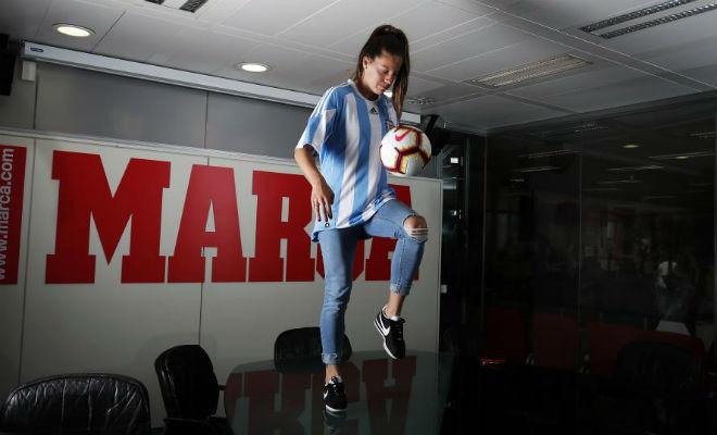 Ruth Bravo da toques a un balón en su visita a MARCA.