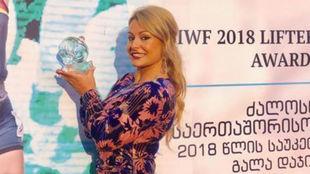 Lydia Valentín, con el trofeo de mejor del mundo.