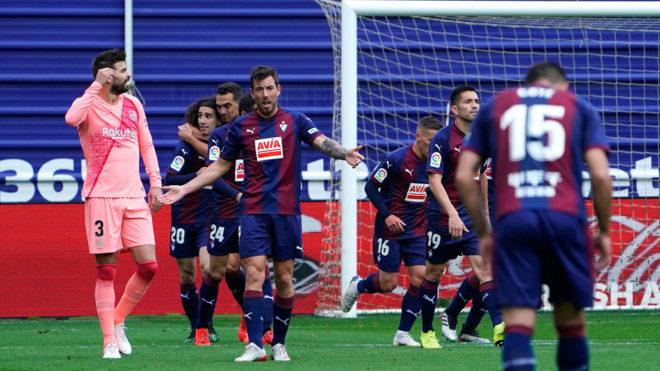 El Eibar celebra el gol de Cucurella al Brceloa