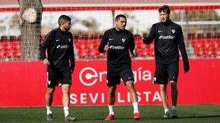 Banega, Mercado y Franco Vázquez, en un entrenamiento.
