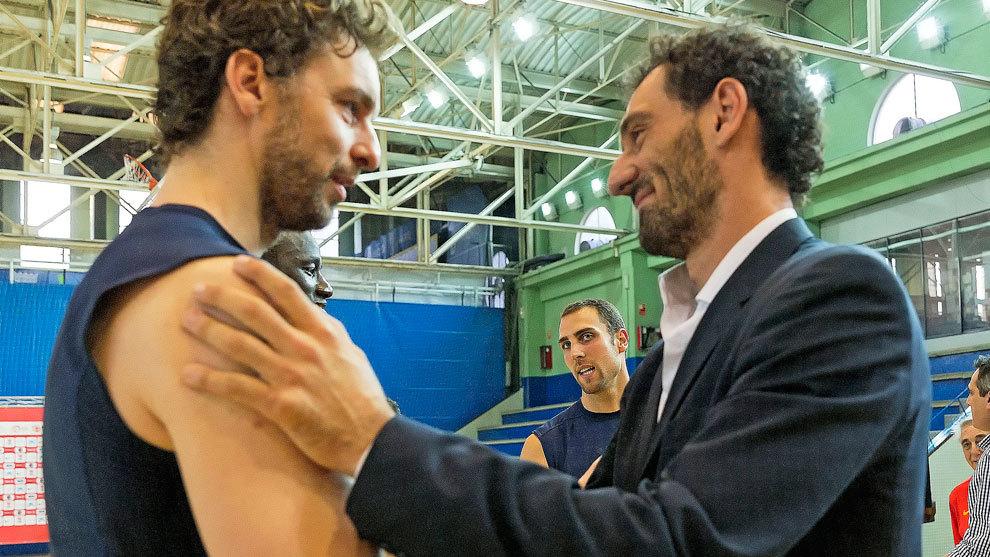 Jorge Garbajosa y Pau Gasol en una concentración de la selección