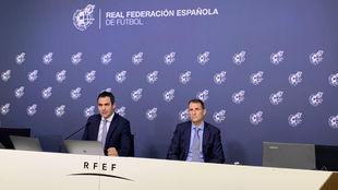 El presidente de los árbitros, Carlos Velasco Carballo, con su...