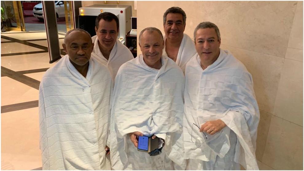 Ahmad (izquierda), junto al presidente de la Federación egipcia y al...