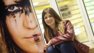 Maite Zugarrondo, junto a un imagen promocional suya caracterizada.