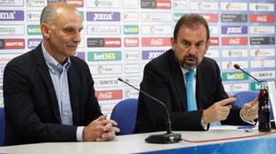 Ángel Torres (d), junto al nuevo director deportivo, Ángel Martín...
