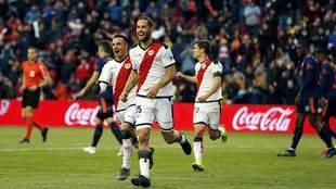 Mario Suárez celebra un gol con el Rayo Vallecano.