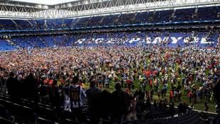 Aficionados del Espanyol celebran sobre el césped la clasificación...