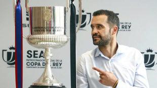 Juanfran posa para MARCA con la Copa que se juegan el Barcelona y el...
