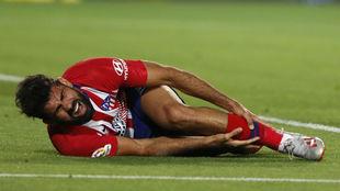 Diego Costa se lamenta tras la entrada sufrida.