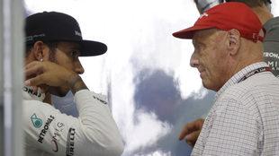 Hamilton en una charla con Lauda