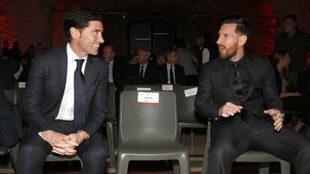 Messi y Marcelino charlan en los premios MARCA.