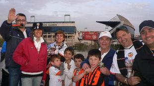 Ferran, de blanco en el centro de la foto, con su familia y amigos en...