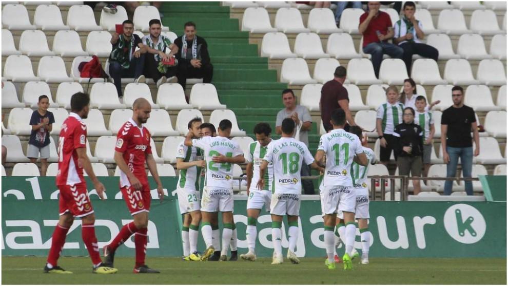 Los jugadores del Córdoba celebran un gol que le marcaron al Nástic...