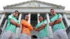 Barta, Pau López, Joaquín y Feddal posan con la nueva samiseta.