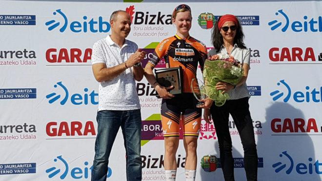 La belga Jolien D'Hoore en el podio tras ganar la primera etapa.