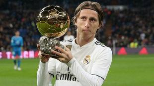 Luka Modric, con el Balón de Oro en el Santiago Bernabéu.