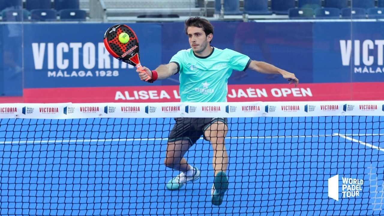 Lucas Bergamini devuelve una bola