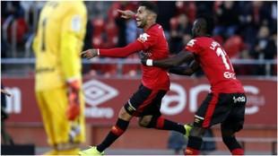 Aridai celebra uno de los goles que marcó en el Mallorca junto a Lago...