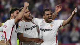 Gabriel Mercado celebra un gol junto a Carriço y Sergi Gómez.