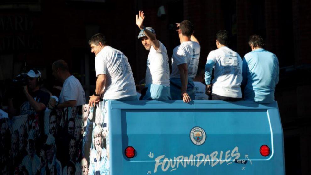 Guardiola y sus asistentes celebran los últimos títulos conseguidos.