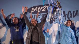 Guardiola y Arteta levantan la Champions durante la fiesta del City.
