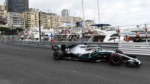 Hamilton, durante los entrenamientos libres del Gran Premio de...
