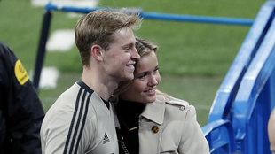 De Jong posa junto a su novia en el Santiago Bernabéu.