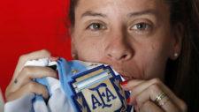 Ruth Bravo besa el escudo de la camiseta de Argentina en su visita a...