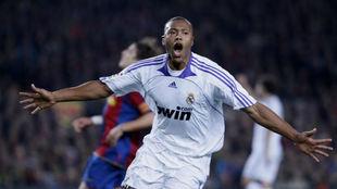 Baptista celebra un gol con el Madrid en el Camp Nou