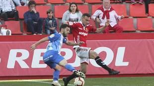 Dani Pacheco realiza un regate en su último partido con el Málaga,...