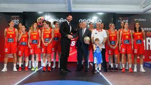 La selección femenina, con Jorge Garbajosa, presidente de la FEB, y...